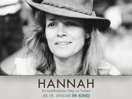 Schwarz-weiß-Foto von Hannah Nydahl mit Hut, mit Infos zum Kinofilm