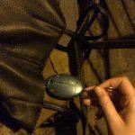 türkiser Taschenalarm wird aus einer schwarzen Handtasche gezogen, Bild für die #120db Kampagne