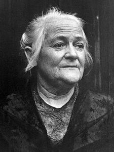 schwarz-weiß Bild von einer älteren Frau namens Clara Zetkin, die sich für den Weltfrauentag einsetzte