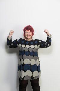 Magda Albrecht, rothaarige Frau, starke und selbstbewusste Pose