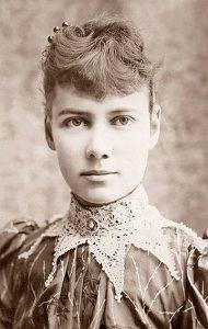 Schwarz-Weiss Foto von einer jungen Frau