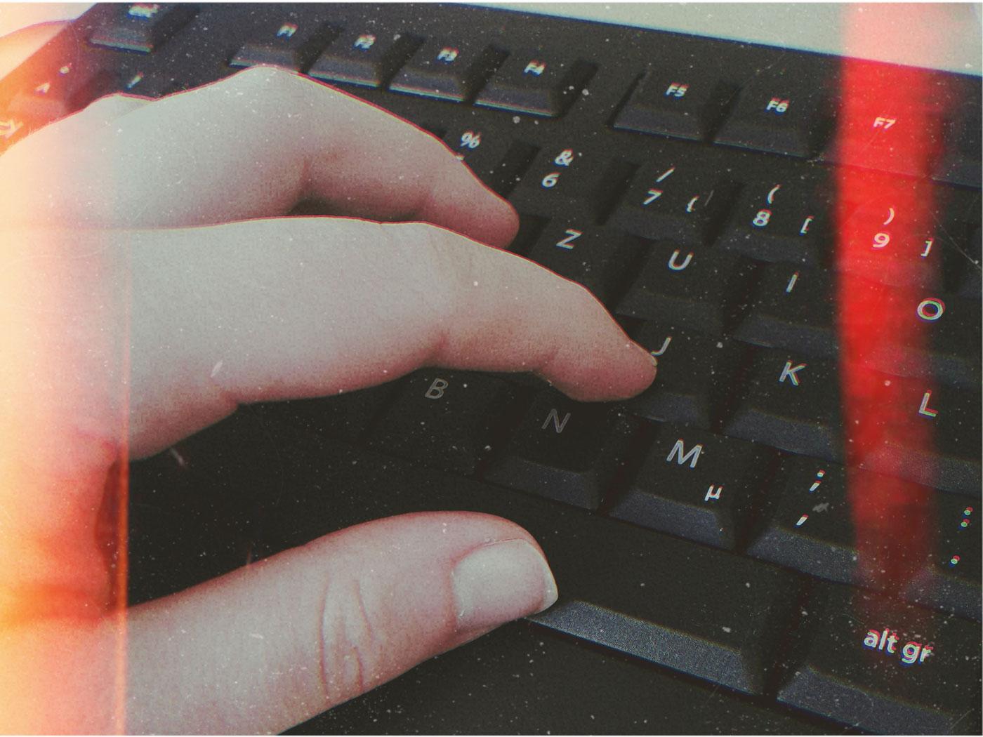 Finger auf einer schwarzen Tastatur