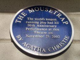 """runde blaue Plakette zur 50-jährigen Laufzeit von Agatha Christies Theaterstück """"The Mousetrap"""""""
