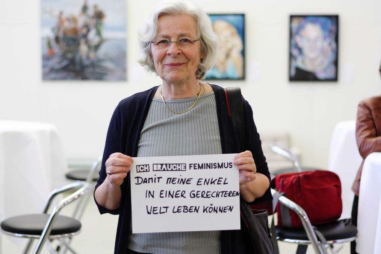 Eine Frau mit Plakat