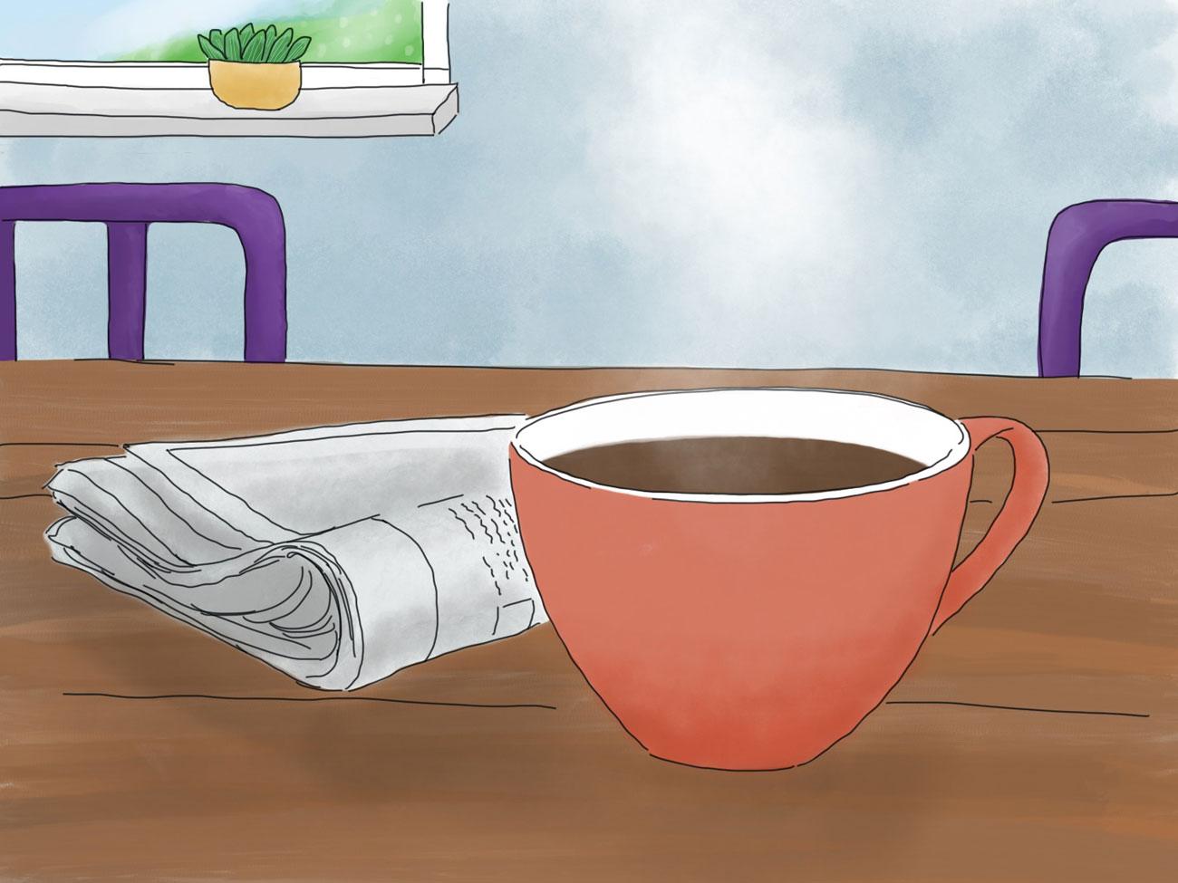 Ein orangener Becher mit Kaffee steht auf einem Tisch. Daneben liegt eine Zeitung. Im Hintergrund sieht man zwei lila Stuhllehnen und einen Ausschnitt eines Fensters
