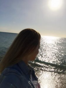 Frau guckt aufs Meer, Frauen verreisen alleine