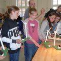 Eine Gruppe von Mädchen mit Modellen von Windrädern