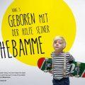 """Kleiner Junge mit Skateboard: Text """"Geboren mit der Hilfe seiner Hebamme"""""""