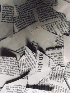 Schnipsel von Zeitungen auf einem Haufen