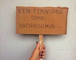 Demonstrationsschild auf dem Kein Feminismus ohne Antirassismus steht