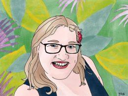 Selbstportrait einer Frau mit blonden Haaren. Sie trägt eine dunkle Brille und rote Lippen. Sie lächelt den Betrachter*innen an. Im Hintergrund sieht man ein florales Muster.