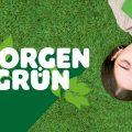 Ein Mädchen mit braunen Haaren liegt rücklings auf einer grünen Wiese und hält einen grünen Block in ihren Händen. Ihre Augen sind geschlossenen. Neben ihr sieht man das Logo des Schreibwettbwerb Morgengrün.