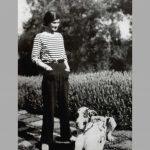 Frau in gestreiftem Oberteil mit Hund