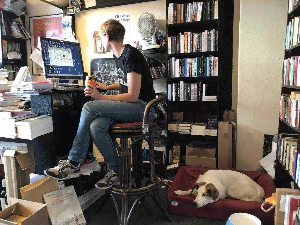 Ausma mit ihrem Hund im Laden, Ausma Zvidrina
