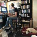 Ausma mit ihrem Hund im Laden
