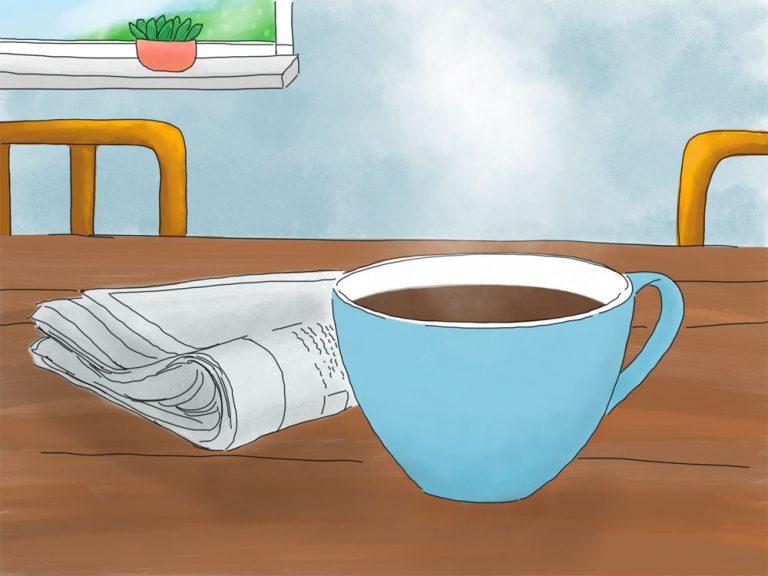 Ein hellblauer Becher mit Kaffee steht auf einem Tisch. Daneben liegt eine Zeitung. Im Hintergrund sieht man zwei lila Stuhllehnen und einen Ausschnitt eines Fensters