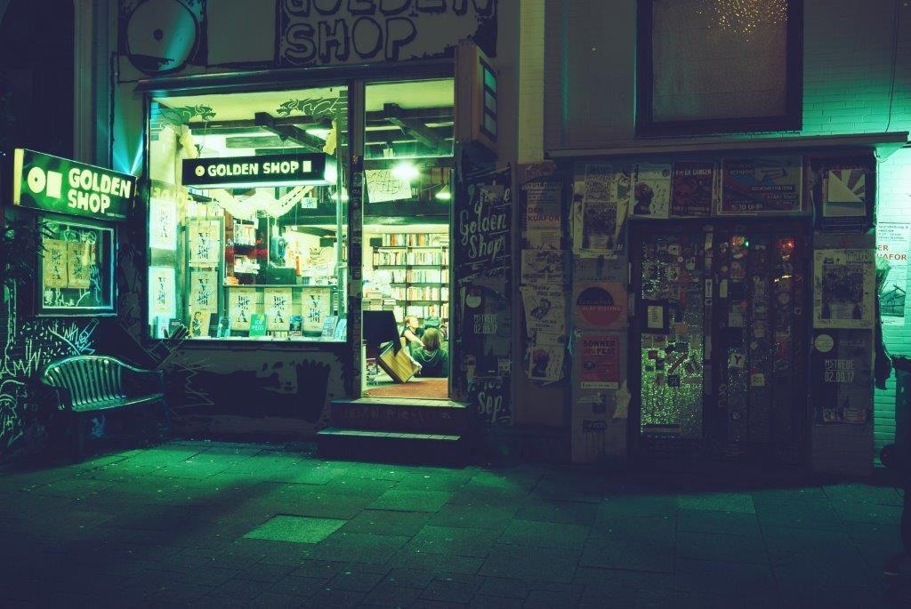 Der Golden Shop Nachts von außen, Ausma Zvidrina