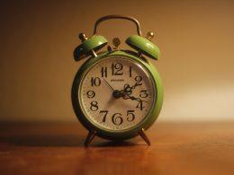 Foto von einem analogen Wecker, der die Uhrzeit 17 Minuten nach zwei anzeigt.