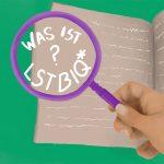 Lila Lupe wird von einer Hand gehalten, darunter liegt ein Heft mit Schrift. Inder Lupe steht: Was ist LSTBIQ*?