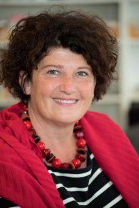 Porträt der Landesfrauenbeauftragten Bettina Wilhelm mit rotem Schal
