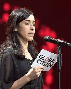 Foto von Nadia Murad, die gerade eine Rede hält