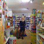 Eine Frau in einem Buchladen