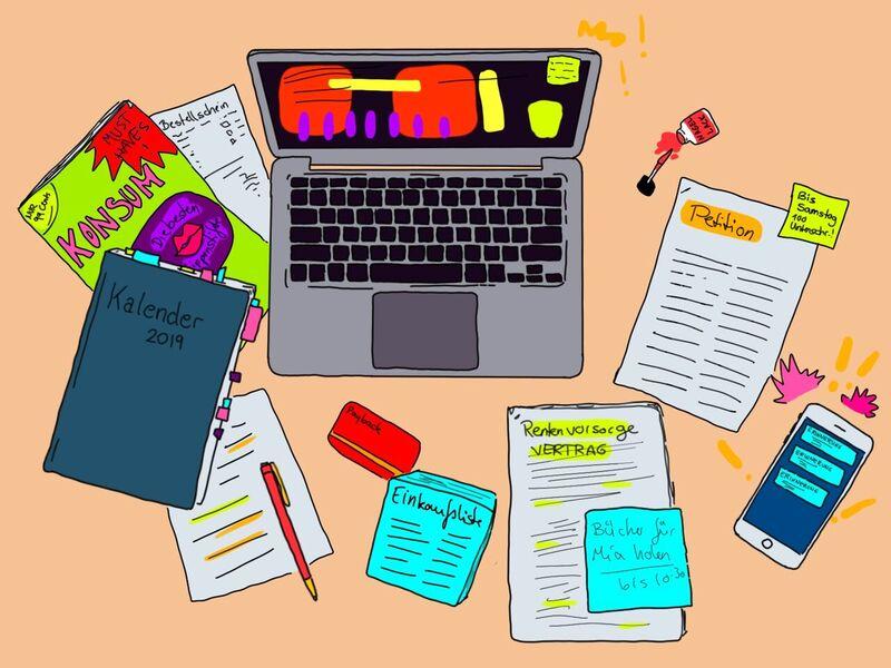 Aus der Vogelperspektive sieht man einen aufgeklappten Laptop, einen Kalender für 2019, eine Zeitschrift namens Konsum, eine Einkaufsliste, einen Rentenvorsorge- Vertrag, eine Petition, ein Smarthpone, Stift und Zettel, eiine Payback-Card und einen Nagelack. Alles un verschiedenen Farben.