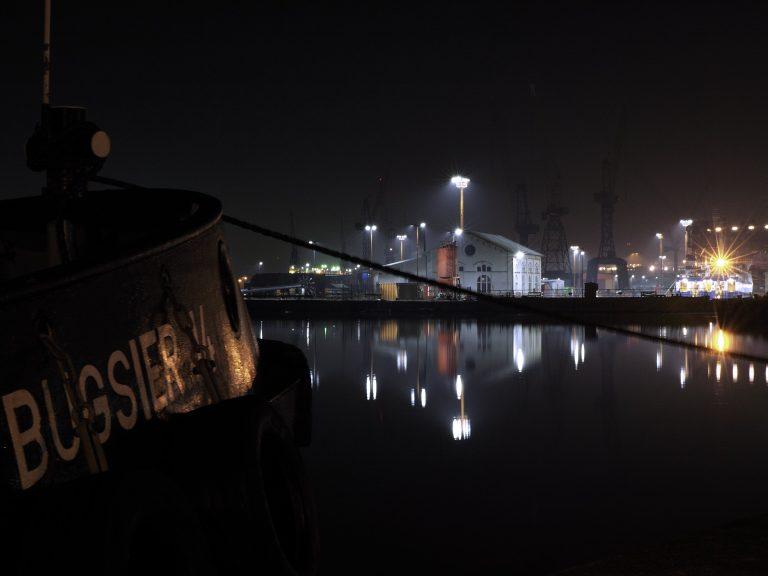 Wasserspiegelung Bremerhaven Lloydwerft bei Nacht