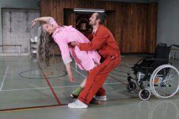 Tanzszene Amour, Mann hält Frau im Arm