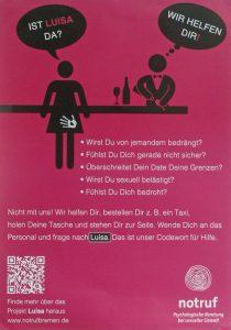 """Das Plakat von Ist Luisa hier auf pinkem Hintergrund. Eine Strichmännchen im Kleid fragt ein anderes Strichmännchen hinter der Bar """"Ist Luisa hier?"""". Das Barstrichmännchen denkt: Wir helfen dir"""""""