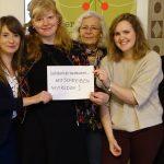 Fünf Frauen halten ein Blatt Papier auf dem geschrieben steht: Solidarität bedeutet...