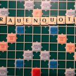 """Das Wort """"Frauenquote"""" wurde aus Spielsteinen von Scrabble auf ein Spielbrett von Scrabble gelegt"""