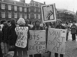 Schwarz-weiß Fotografie der niederländischen, feministischen Gruppierung Dolle Mina, die für das Recht auf Abtreibung protestieren.