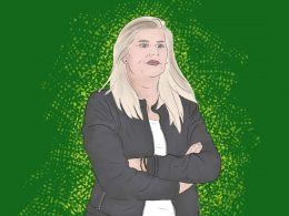 Portrait-Zeichnung von Imke Wübbenhorst. Sie trägt blondes, offenes Haar, welches bis über ihre Schultern fällt. Sie trägt eine dunkle Jacke, die sie offen trägt. Ihre Arme hat sie vor der Brust verschränkt. Ihr Gesichtsausdruck wirkt konzentriert und ihr Blick ist fokussiert.