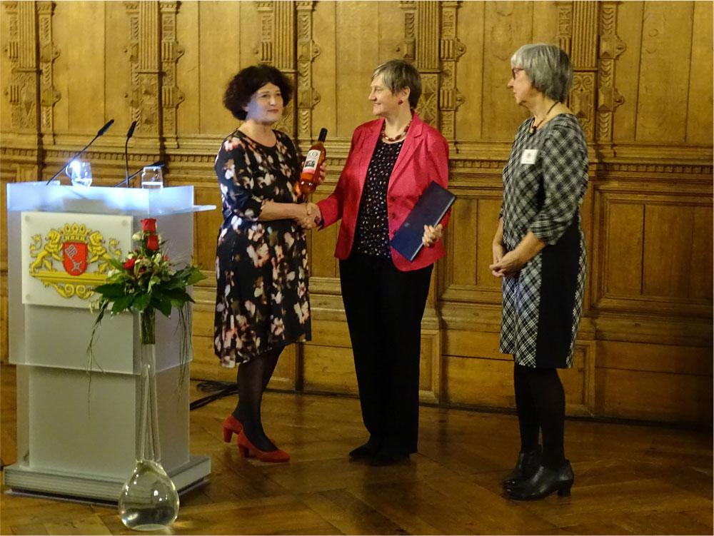 Drei Frauen bei der Preisübergabe