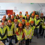Gruppenbild von 19 Schülerinnen, die am Girls Day in Bremerhaven an der berufskundlichen Windtour Girls on Tour - Auf Kurs Klima teilnehmen.