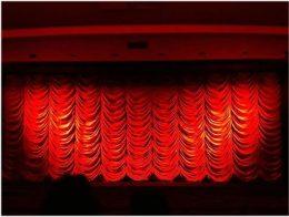 Es ist ein roter Vorhang in einem Kinosaal von vorne zu sehen, Breminale 2020