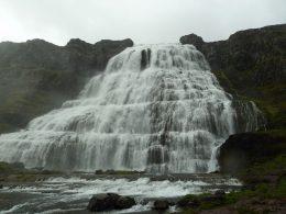 Fotografie einer Islandreise, die einen Wasserfall zeigt.