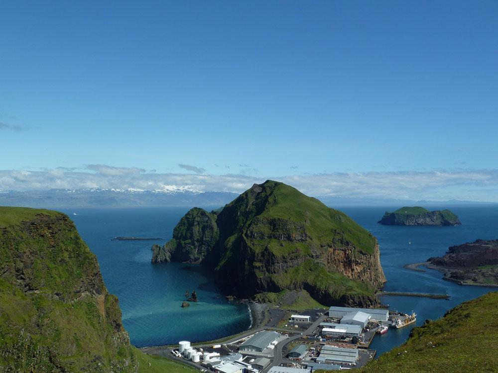 Reisefot von Island. Zu sehen sind das Meer, der Himmel und Inseln.