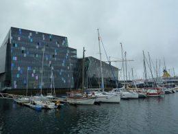 Fotografie einer Reise nach Island. Es zeigt viele im Hafen liegende Segelschiffe.