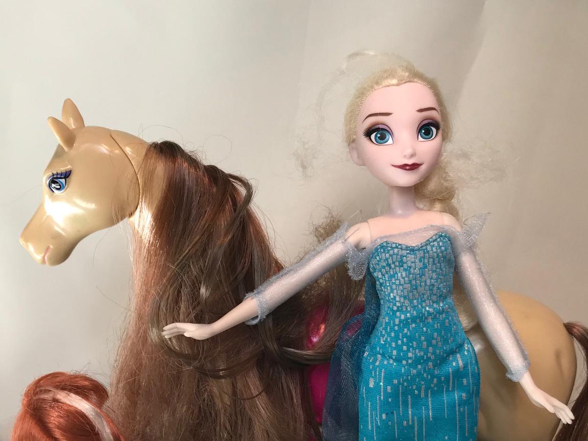 Barbie Elsa steht vor Babie Pferd