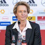 Bundestrainerin der deutschen Fußballnationalmannschaft der Frauen, Martina Voss-Tecklenburg bei einem Interview vor einem Micro