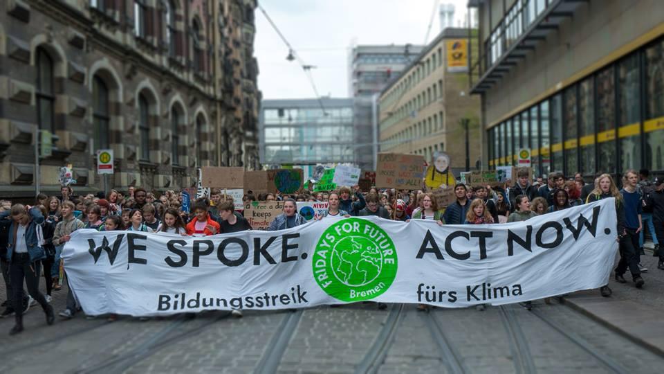 Jugendliche demonstrieren hinter einem Spruchband in der Bremer Innenstadt