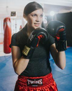 Jacqueline Straub kämpfend im Ring mit Boxhandschuhen