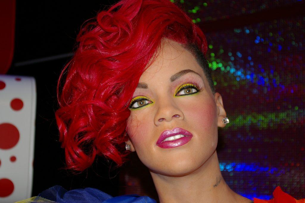Rihanna mit roten Haaren