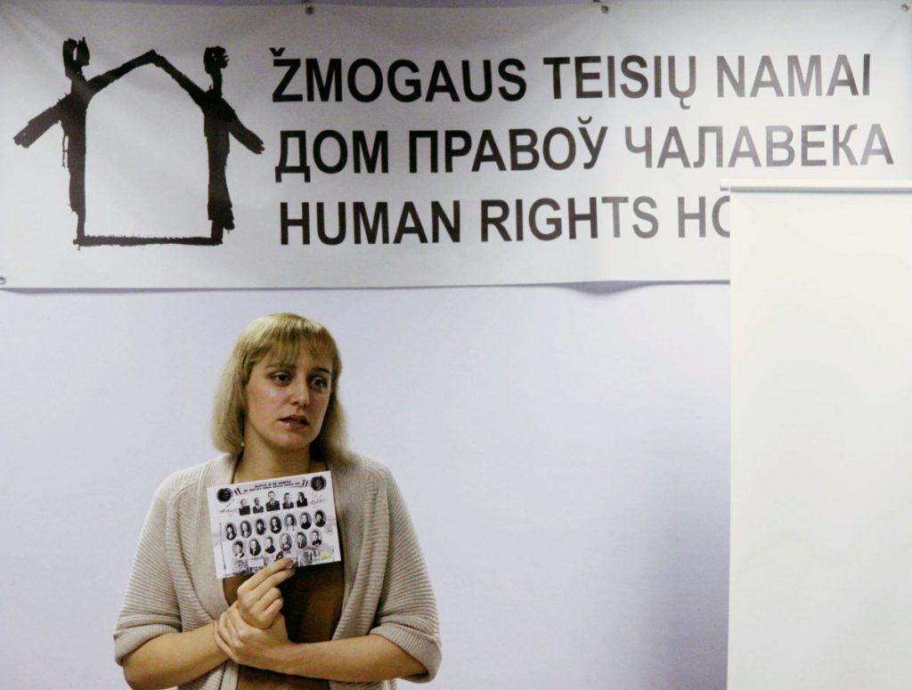 Aktivistin Olga Karatch hält ein Schild in der Hand,