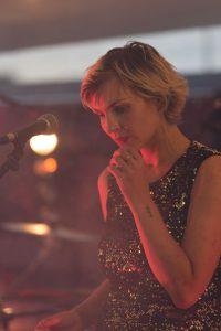 Frau am Mikrofon, Susanna Janke