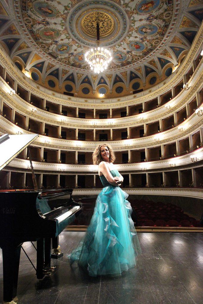 Cristiana Pegoraro neben dem Klavier im Theater