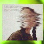 Ein Gesicht verschwindet im Grüner Hintergrund
