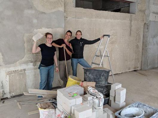 Die drei Gründerinnen Nele, Caro und Nora beim Renovieren in ihrem Unverpacktladen Füllerei Findorff.